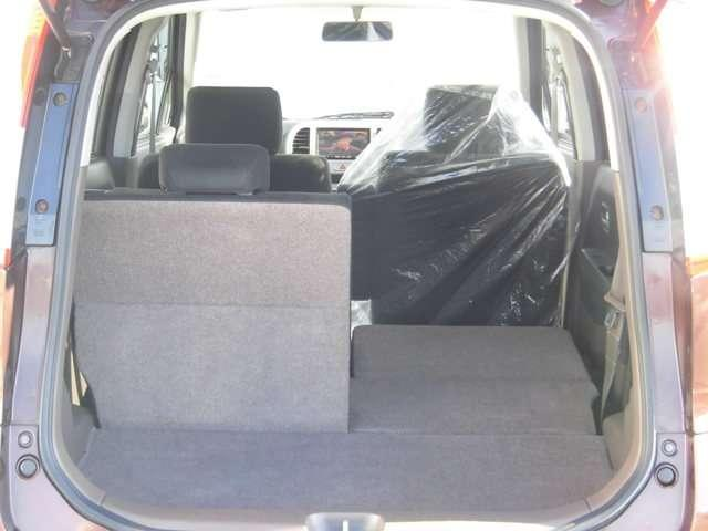 リヤシートは分割して倒せるので、乗員や荷物に合わせてアレンジできますね♪