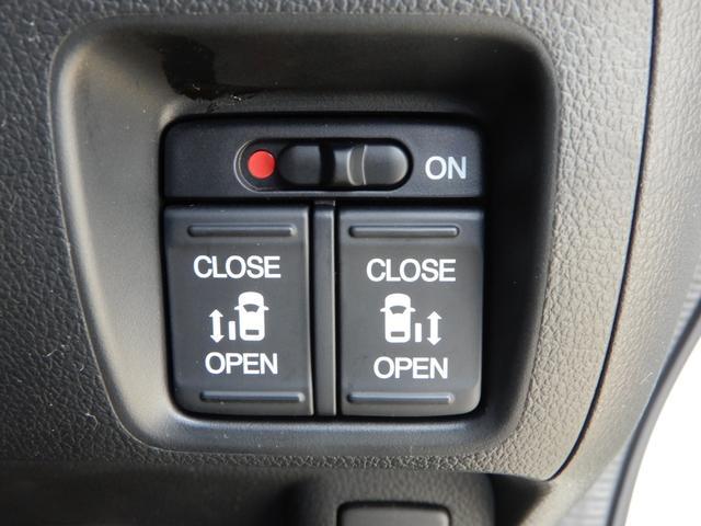 リアスライドドアは両側パワースライドドアです!ボタン一つで開閉が自由自在!両手に荷物を抱えている時やお子様を抱っこしている時は大活躍しますよ!挟み込み防止機能もありますので安心です!