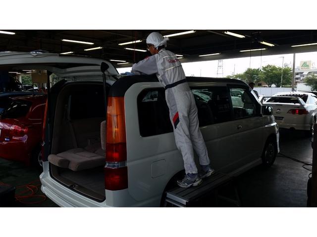 展示前の洗車 スタッフによる洗車作業 風景です。
