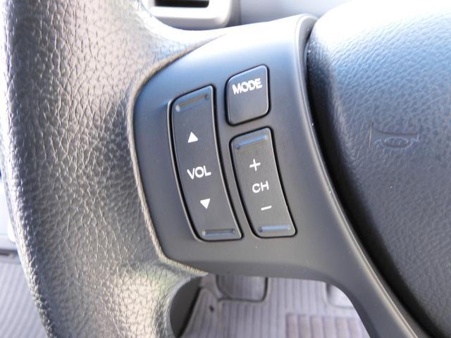 ハンドルにオーディオ操作ボタンがございます。視点を移さず、左手をハンドルから離す事なく放送局選びや曲飛ばし、ボリューム調整やモード切替が感覚的にできますので安全運転にも役立ちますね。