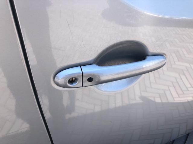 鍵穴の横のスイッチを押すだけでドアのロック・アンロックが可能です!