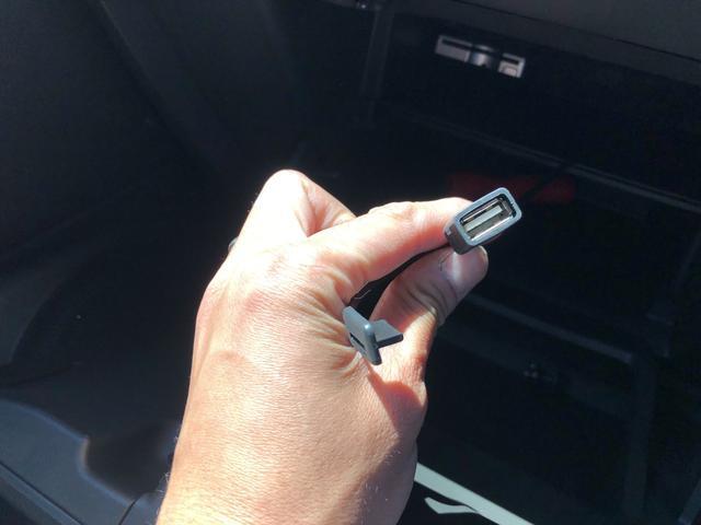 USBソケット付き!スマホの充電や音楽プレーヤーの接続をして頂けます!