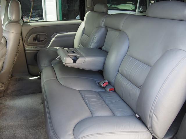 セカンドベンチシートにはドリンクホルダー付きのアームレストが装備されております