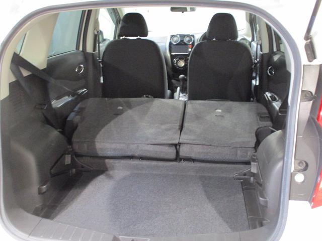 後席シートはセパレートで可倒します。