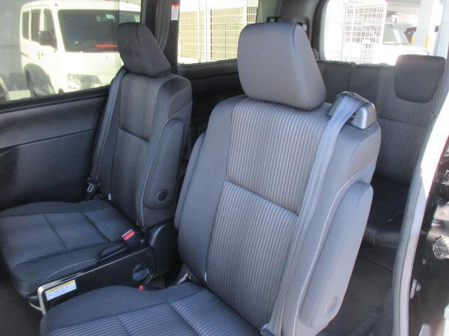 後部座席もゆったりくつろいで頂けます。乗り降りもスムーズ♪シートからマットまで隅々まで洗浄・除菌を行っております。