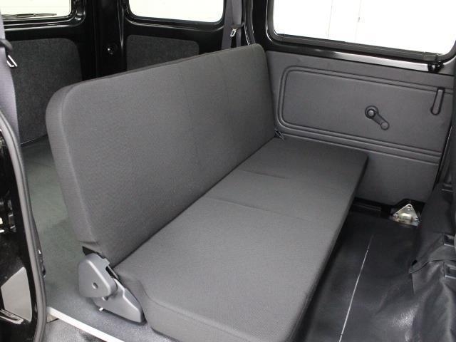 シンプルな一体式のリヤシートが採用されています。