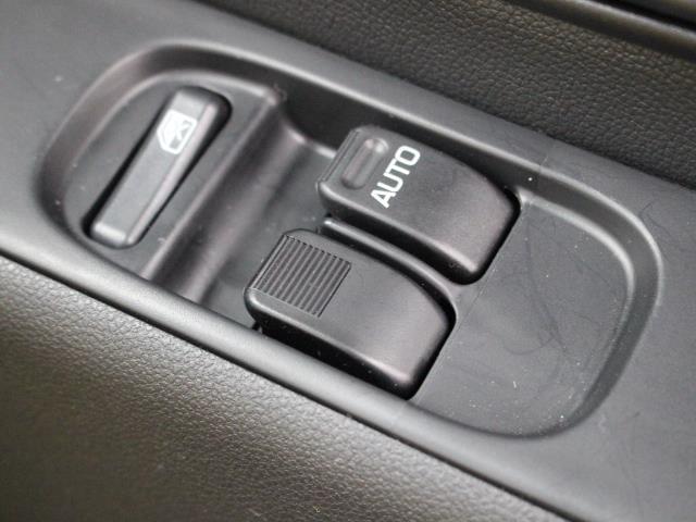 運転席からも操作可能なパワーウィンドウが装備されています。