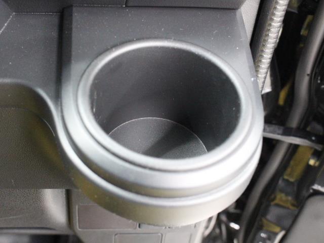 手に取りやすい位置にドリンクホルダーを装備しています。
