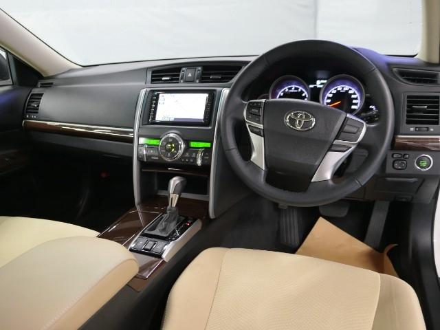 落ち着いた色使いの運転席周り。上品な色使いで飽きの来ないスッキリとしたデザインがいいですね。当たり前ですけど運転する上で長く居るのが運転席、リラックスできるデザインがいいです。