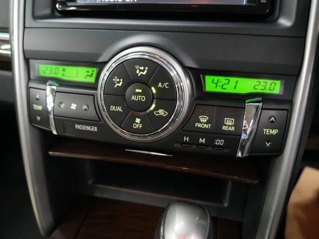 【左右独立温度コントロールエアコン】運転席・助手席で別々に快適さを得られるように、空調にもきめ細やかな配慮をしています。オート機能なので一度、気温を設定すれば自動的に過ごし易い温度に調整してくれますよ
