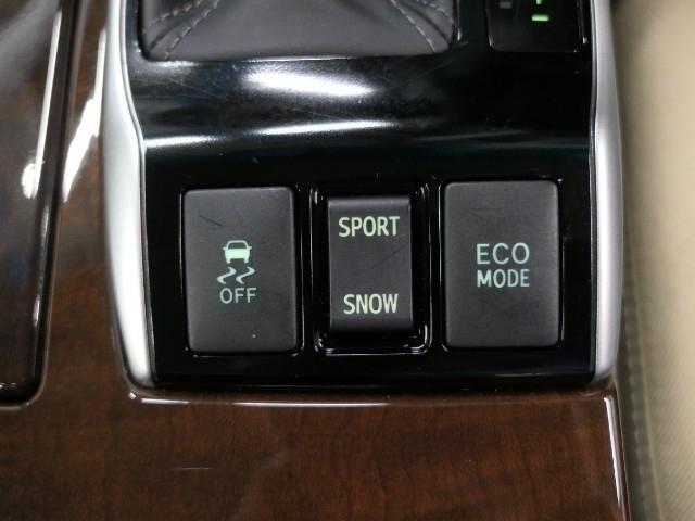 【ECOモードボタン】スイッチONで燃費が良い走行モードに変更されます、【トラクションコントロールボタン】スリップ機能解除ボタン(滑り易い路面で自動的に不要なパワーをタイヤにつたえなくする機能)。