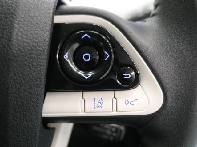 【レーンディパーチャーアラート】道路の白線をカメラで認識。ウインカー出さずに車線を逸脱する場合、ブザーとディスプレイ警告。同時にステアリングを制御することで、逸脱回避のステアリング操作をサポート。