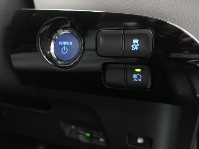 【オートマチックハイビーム】対向車のヘッドランプなどの周囲の明るさをカメラで検知し、ハイビームとロービームを自動で切り替えることによって、最適な夜間視界の確保を支援。夜間歩行者の早期発見にも寄与。