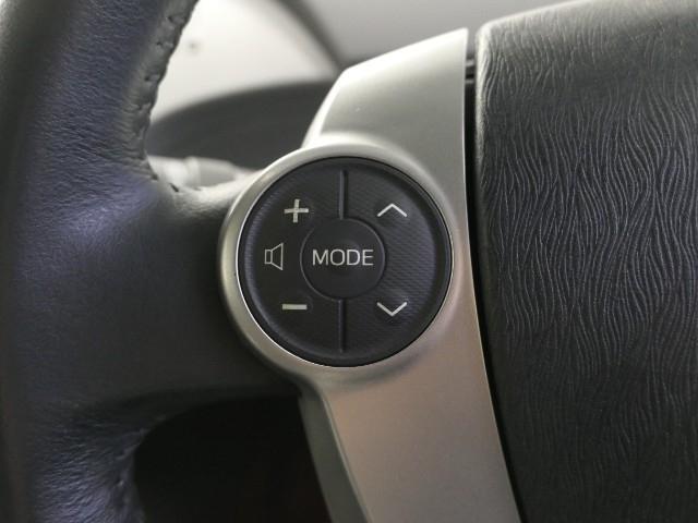 ハンドルの左側のスイッチはオーディオの切り替え・選局・音量調整が出来ます。始めは違和感がありますがすぐに慣れますよ。