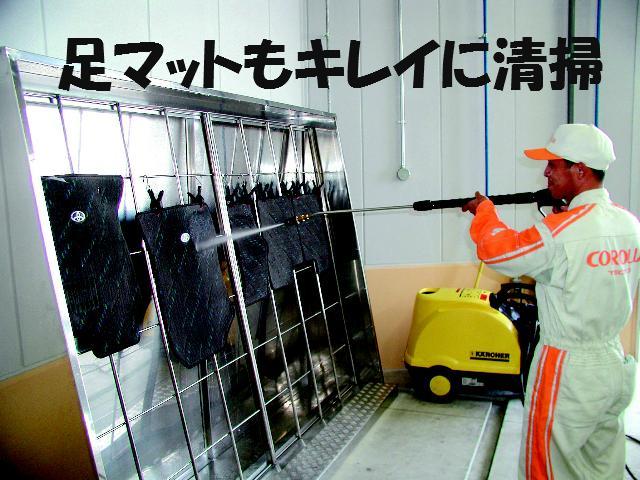 足マットを高圧洗浄し汚れを落とします。
