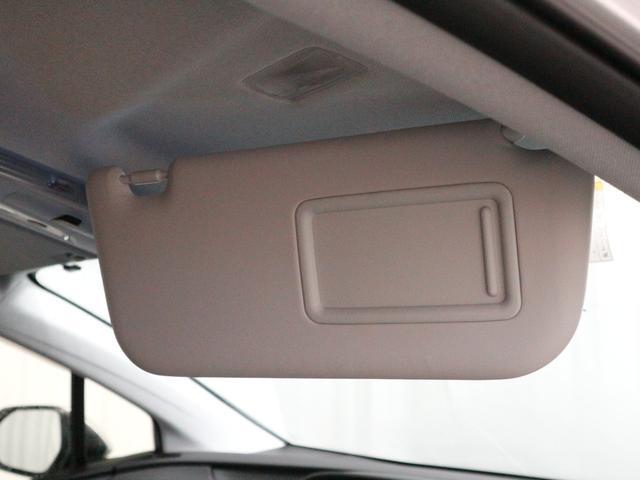 ヴァニティミラーを使わないときはスライド式のカバーで汚れを防ぎます♪横方向にも移動出来て横からの日差しも遮ります♪