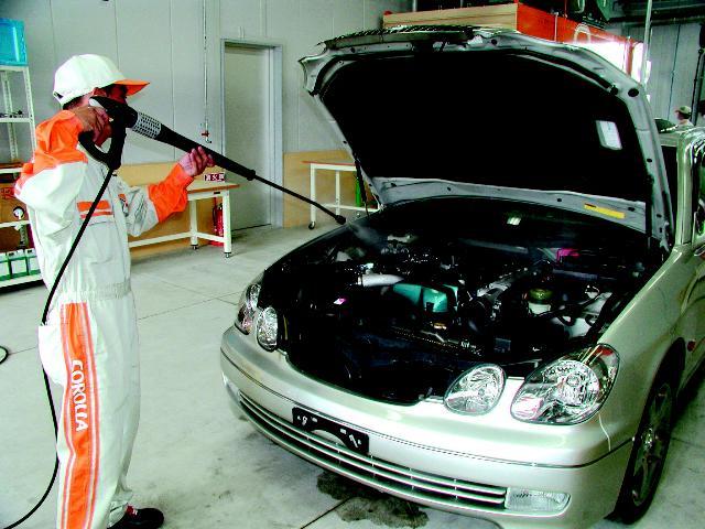 エンジンルーム内も高圧スチーム洗浄で徹底的に汚れを落とします。