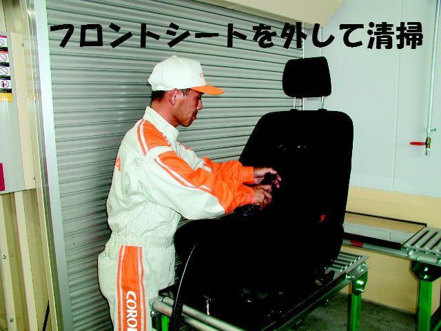 フロントシートを車体から取り外して洗浄・抗菌加工をしております。