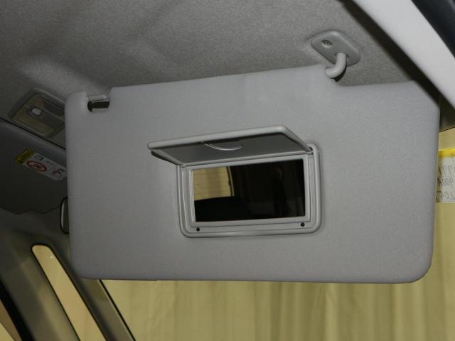 サンバイザーには便利な鏡が付いています。
