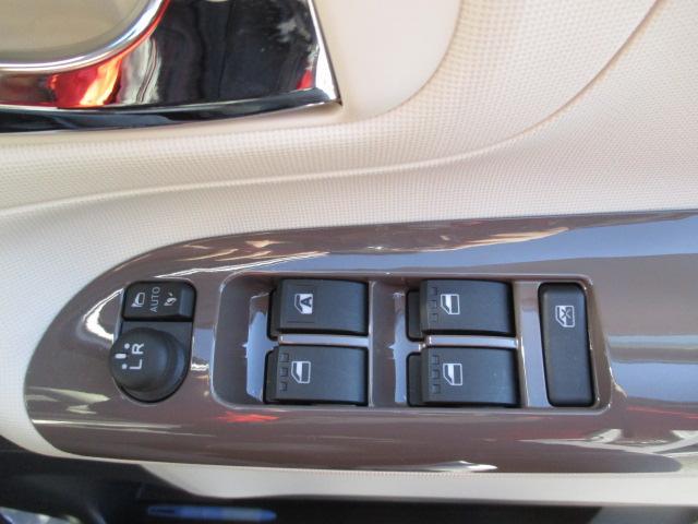 オート格納式電動ドアミラー キーフリーシステムのドア施錠に連動して自動で格納。たたみ忘れを防止。