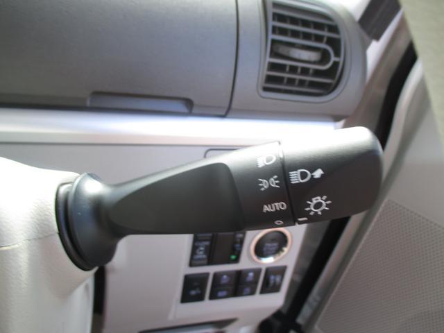 車外の明るさに応じて自動的にヘッドライトを点灯・消灯してくれる、オートライト機能付きです☆夕暮れ時やトンネルなどで役立ちます☆