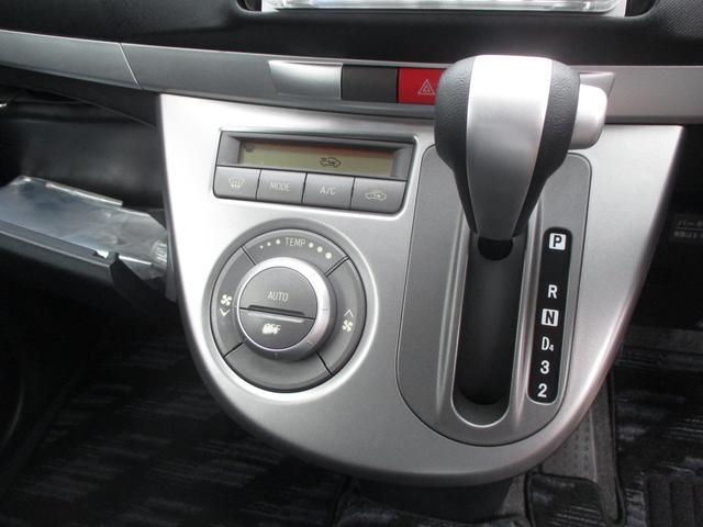 温度設定をすれば、自動で車内の温度管理をしてくれる快適装備のオートエアコン機能付きです☆