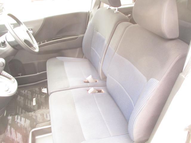 フロントシートはベンチシートタイプになっているので、運転席も助手席も広々ゆったり空間です☆