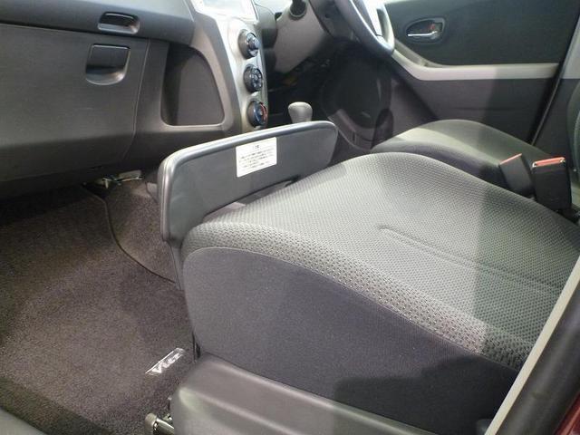 助手席シートの前端部分にあるプレートを引き上げるだけで、様々な用途に使いこなせる「買い物アシストプレート」を装備。