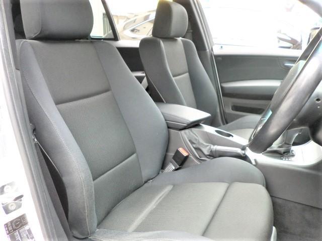お体が直接触れるシートが汚いと嫌ですよね?その点このお車は、元々綺麗な状態で仕入れをしている上、専属スタッフが専用の溶剤で丹念にクリーニングしておりますので非常に綺麗です。