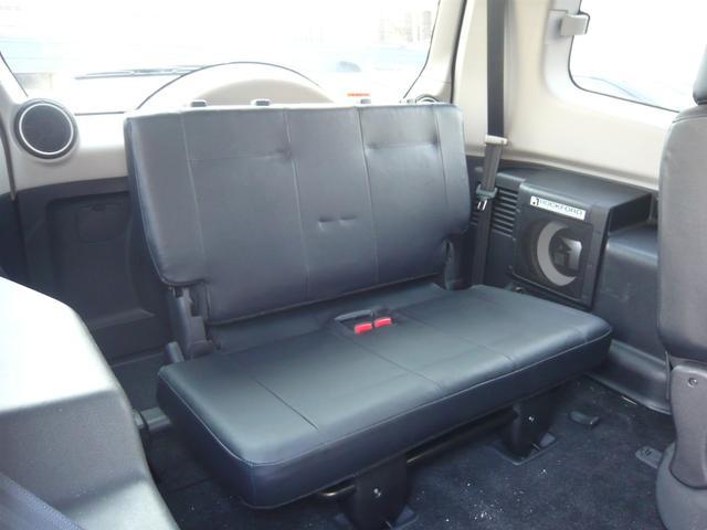 サードシートは使用しない時にはフロアー下に格納できますので、荷室の容量アップ可能です