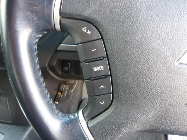 オーディオ操作は、ハンドルから手を離さず手元のステアスイッチで操作可能です