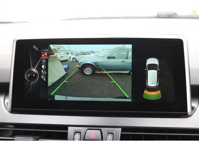 シフトをリバースに入れると自動でナビモニターがカメラと後部障害物センサーモニターに切り替わります。映像、カラーバーと接近音で距離を確認でき、狭い駐車場でもスムーズに駐車可能です。