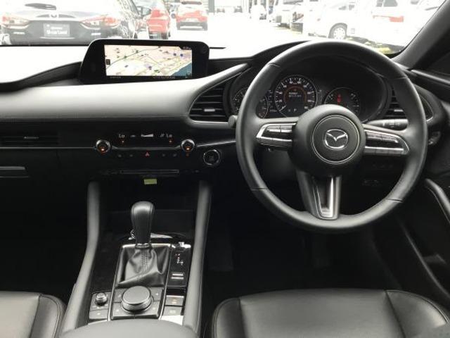 ドライバーを包み込んでくれるよなデザインはドライバーに落ち着きや楽しみを与えてくれます。この運転席から見える内装にプラスチック素材もほとんど見えないくらいに上質な空間を演出しております。