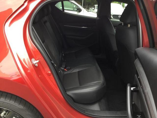 運転席と同様のシート形状をしており、乗員の皆様にも快適にドライブしていただけます。ドライバーの方は褒められ笑顔でドライブしていただける車ですよ。