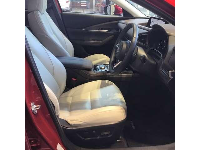 レザーパッケージですので本革を使った上質かつ乗り心地を両立したシートとなっております。人間工学に基づいて設計されたシートはきっとドライブの疲れを軽減してくれますよ。