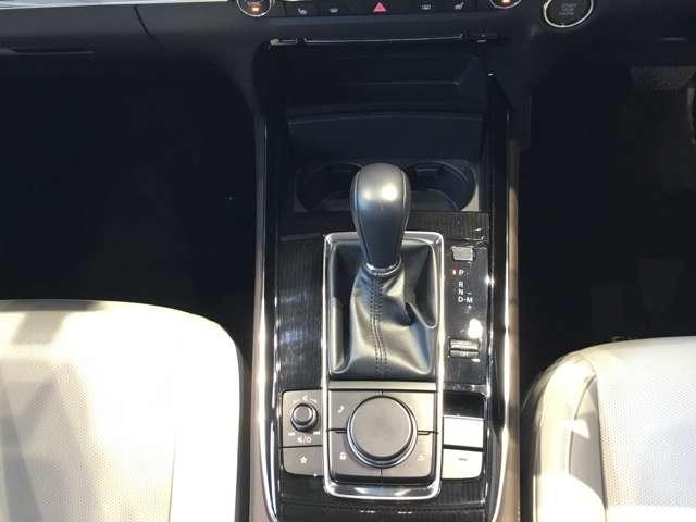 運転中に自然に手を置いた場所にフロントディスプレイを操作できるコマンダーがあり、邪魔にならない場所にドリンクホルダーを設置しています。この場所だけでも安全に運転できる環境を整えているんですよ。
