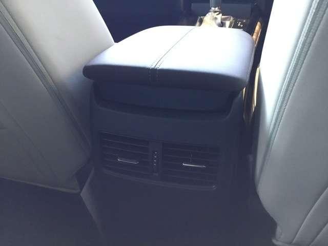 後席用にエアコン吹き出し口の設定がありますので、同乗者の方も快適にお乗りいただけます。