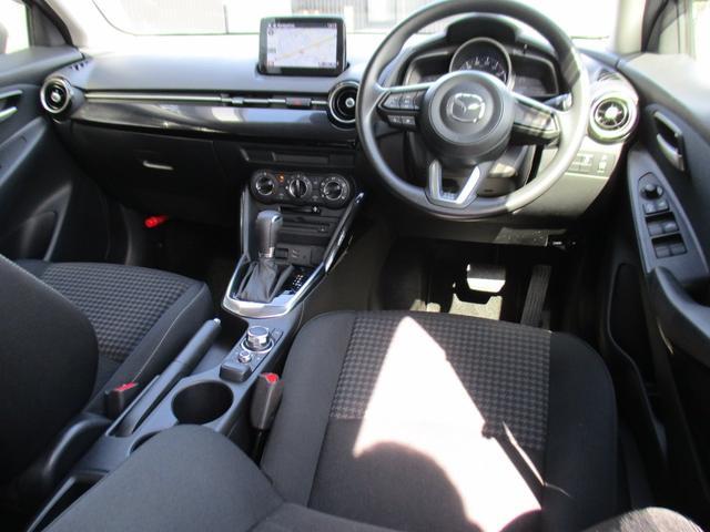 運転席からの操作系統です。良好な視界を保てるように、ピラーの位置を工夫したり、身体とハンドルが正対するようにつくられています!ぜひ一度座ってみてください!