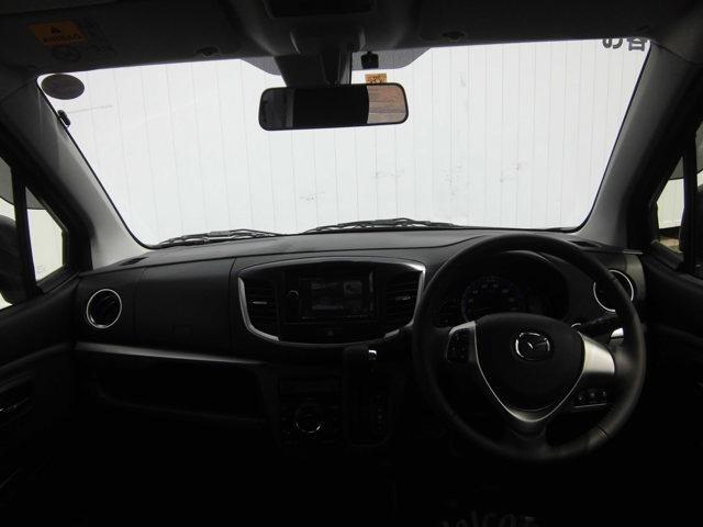 運転しやすい高さと大きなフロントガラスで安心できます。またダッシュボードに出っ張りがなく視界もすっきりしています。