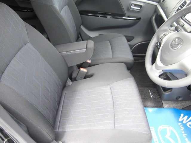 フロントベンチシートになっています。横方向への広さに余裕があり、快適なドライブを楽しめます。