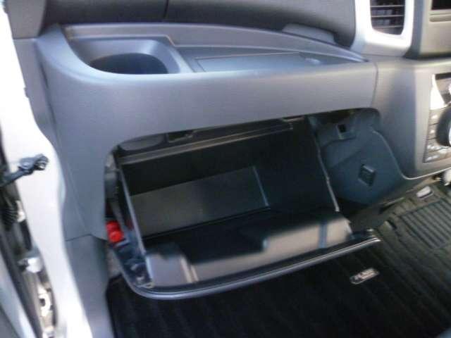 グローブBOXも余裕のサイズで、車検証入れなどの収納に使いやすくなっています。