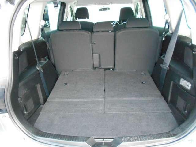 後席を全て倒して、荷物専用のスペースにした状態です。これなら長いものも積めますし、ご旅行や趣味に活用できますね