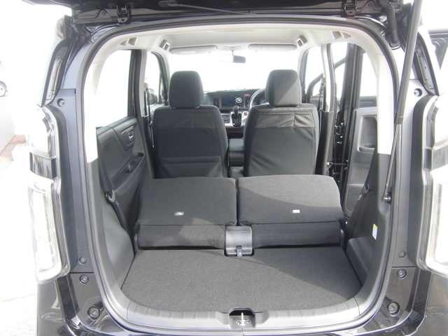 後席を全て倒して、荷物専用のスペースにした状態です。これなら長いものも積めますし、ご旅行や趣味に活用できますね。