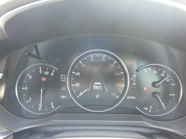 アクティブ・ドライビング・ディスプレイで目線を真っ直ぐのまま、安全にスピードを確認できます。メーター内にも燃費情報などを確認できるインフォメーションディスプレイを装備。