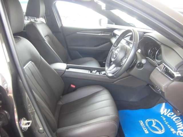 長時間のドライブも疲れを軽減してくれる体にフィットするシートです、シートヒーターとシートエアコン装備で快適に運転できます