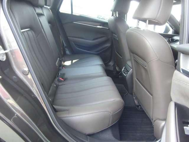 後席では、余裕のシートサイズや大きくとった膝まわりと足元のスペースなどにより、アテンザならではの上質なくつろぎをお届けします