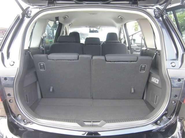 サードシートを倒せば、ラゲッジスペースは更に拡大できます。