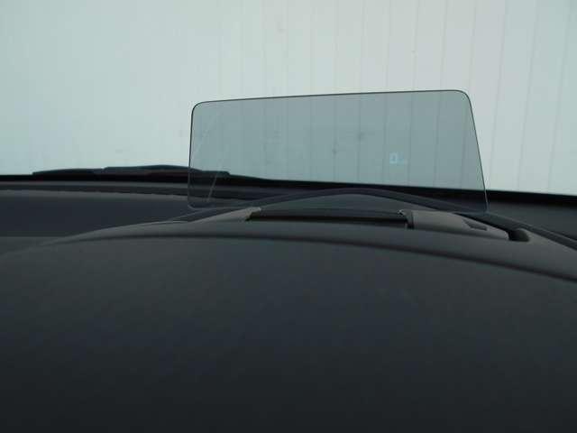 ヘッドアップディスプレイには、速度やナビの進路表示などができます。