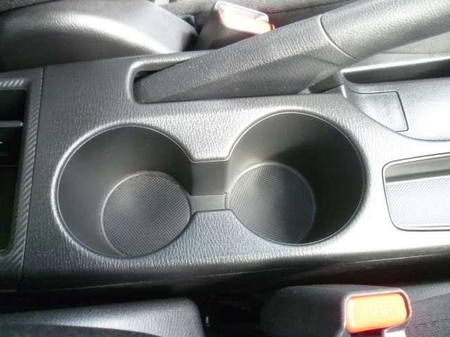 運転席助手席で便利に使えるカップホルダーに収納場所を設置