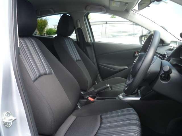 適度に身体をサポートしてくれ、ロングドライブでも疲れにくい形状のフロントシートです。